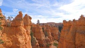 Каньон Bryce с горами и скалами оранжевого красного цвета Стоковое Изображение RF