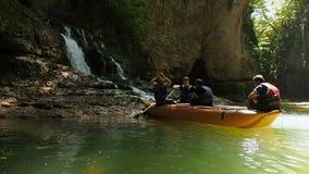 Каньон Martvili, Georgia - июль 2018: Люди сплавляя в резиновых весельных лодках во время памятника и ориентир ориентира посещени сток-видео