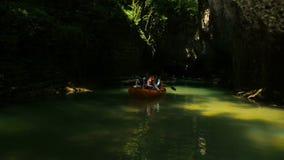 Каньон Martvili, Georgia - июль 2018: Люди туристов сплавляя в резиновых весельных лодках во время памятника посещения естественн видеоматериал
