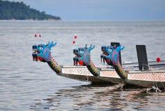 Кандидаты шлюпки дракона участвуя в гонке к линии отделки Стоковая Фотография RF
