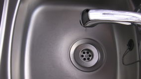 Капание воды от крана акции видеоматериалы