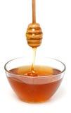 Капание меда от деревянного ковша меда Стоковые Фото