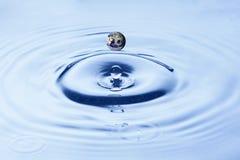 капельки брызгая воду Стоковая Фотография RF