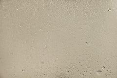 Капельки воды на серебряной предпосылке Стоковые Изображения RF