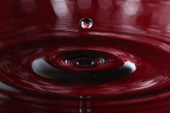 Капелька воды - влияние кроны стоковые фотографии rf