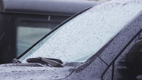 Капельки воды на лобовом стекле автомобиля видеоматериал