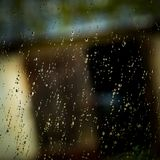 Капельки воды на окне на темном осеннем дождливом дне Стоковая Фотография RF