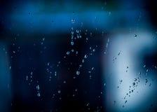 Капельки воды на окне на темном осеннем дождливом дне Стоковая Фотография
