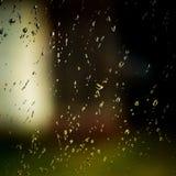 Капельки воды на окне на темном осеннем дождливом дне Стоковое фото RF