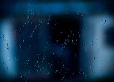 Капельки воды на окне на темном осеннем дождливом дне Стоковое Фото