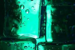 Капельки воды на покрашенных кубах льда абстрактным текстура графиков предпосылки произведенная компьютером Стоковая Фотография RF