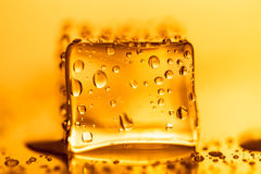 Капельки воды на покрашенных кубах льда абстрактным текстура графиков предпосылки произведенная компьютером Стоковые Фотографии RF