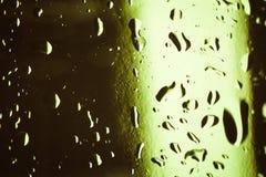 Капельки воды на покрашенных кубах льда абстрактным текстура графиков предпосылки произведенная компьютером Стоковое фото RF