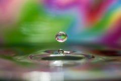 Падения воды на цветастой предпосылке Стоковые Изображения