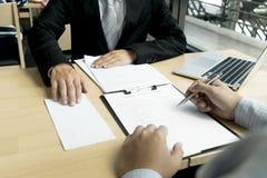 Капиталистическая компания проверяет финансовый счет компании для подготовки для утверждения денег Подготовить расширить стоковые фото
