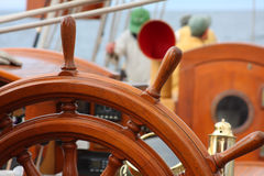 капитаны управляя колесом взгляда Стоковое фото RF