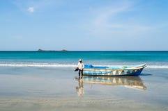Капитан на пляже Nilaveli в Шри-Ланке с островом голубя в задней части Стоковое фото RF