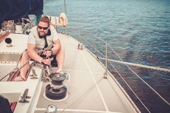 Капитан на яхте во время гонки Стоковая Фотография