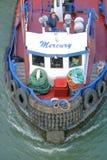 Капитан шлюпки гужа на палубе с радиоприемником Стоковая Фотография RF