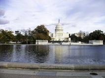 капитолий в Вашингтоне с прудом в фронте стоковые фотографии rf