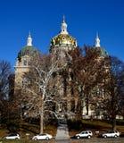 Капитолий государства Айовы придает куполообразную форму: маячить над деревьями стоковое изображение rf