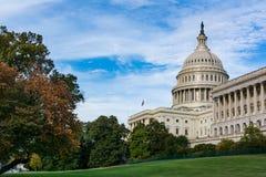 Капитолий США ландшафта дневного времени строя траву голубой s DC Вашингтона Стоковое Изображение