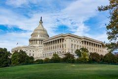 Капитолий США ландшафта дневного времени строя траву голубой s DC Вашингтона стоковая фотография