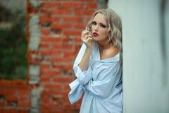 Капризная девушка с сигаретой Стоковая Фотография