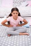 Капризное настроение Ребенок девушки сидит в спальне Оягнитесь несчастное капризное кто-то вошл ее спальню докучая Ребенк девушки стоковое фото rf