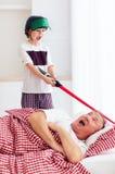 Капризный выкрикивая внук просыпая grandpa вверх путем играть вокруг внутри громкие, шумные игры стоковые изображения rf