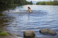 2 капризных девушки купают в озере Приколы Стоковые Изображения