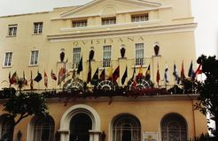 КАПРИ, ИТАЛИЯ, 1992 - флаги много наций порхают на цветистой террасе одной из гостиниц Капри самых блестящих стоковое изображение