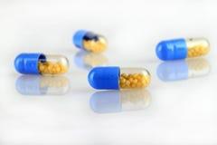 капсулы дают наркотики фармацевтическому стоковое изображение