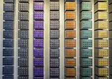 Капсулы кофе Nespresso различных вкусов на дисплее на стене Nespresso ходят по магазинам в милане, Италии Стоковое фото RF