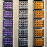 Капсулы кофе Nespresso различных вкусов на дисплее на стене Nespresso ходят по магазинам в милане, Италии Стоковые Изображения