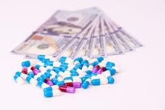 Капсулы медицины с банкнотой доллара Стоковое Фото