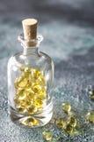 Капсулы рыбьего жира Omega-3 в стеклянной бутылке Стоковое фото RF