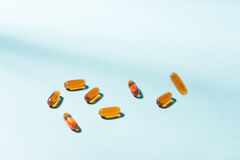 Капсулы геля Витамин A, e, рыбий жир, масло первоцвета, амбар o риса Стоковые Фото