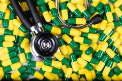 Капсулы и стетоскоп лекарства в рамке заполнения форматируют Стоковое Фото