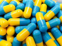 2 капсулы медицины тона на подносе лекарства нержавеющей стали Стоковое Фото