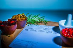 Капсулы, миномет, пестик и пусковая площадка рецепта Стоковая Фотография RF