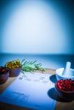 Капсулы, миномет, пестик и пусковая площадка рецепта Стоковые Изображения RF