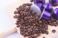 Капсулы сирени и кофейные зерна стоковое изображение