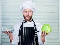 капуста покупки человека для долларов зрелый человек любит органическую здоровую еду Дело денег профессиональный повар шеф-повара стоковое фото