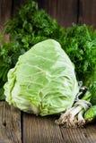 Капуста Свежие сырцовые зеленые овощи на деревянной предпосылке Стоковое Фото