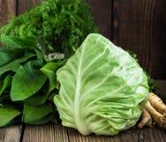 Капуста Свежие сырцовые зеленые овощи на деревянной предпосылке Стоковая Фотография