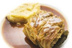 Капуста свертывает при помятые картошки на белизне Стоковое Изображение RF