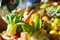 Капуста Bok Choy среди фрукта и овоща на Стоковые Фото