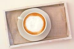 Капучино в чашке на ткани Стоковое Фото