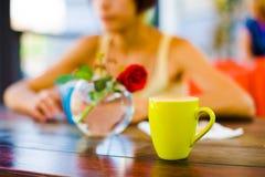 Капучино девушки выпивая Стоковое Изображение RF